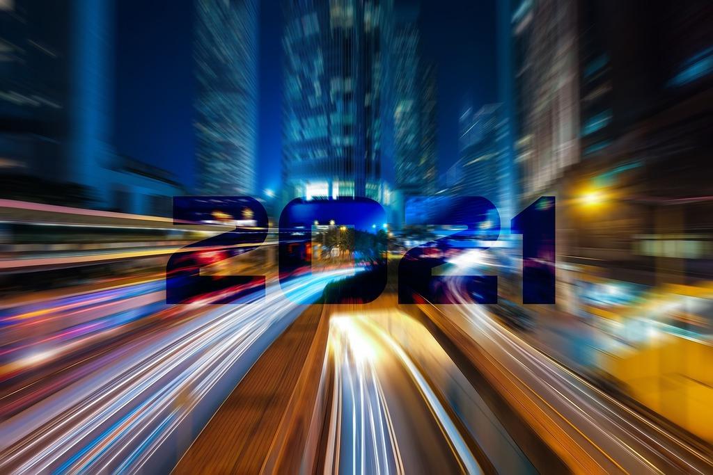 rozmazane światła samochodów na autostradzie z napisem 2021