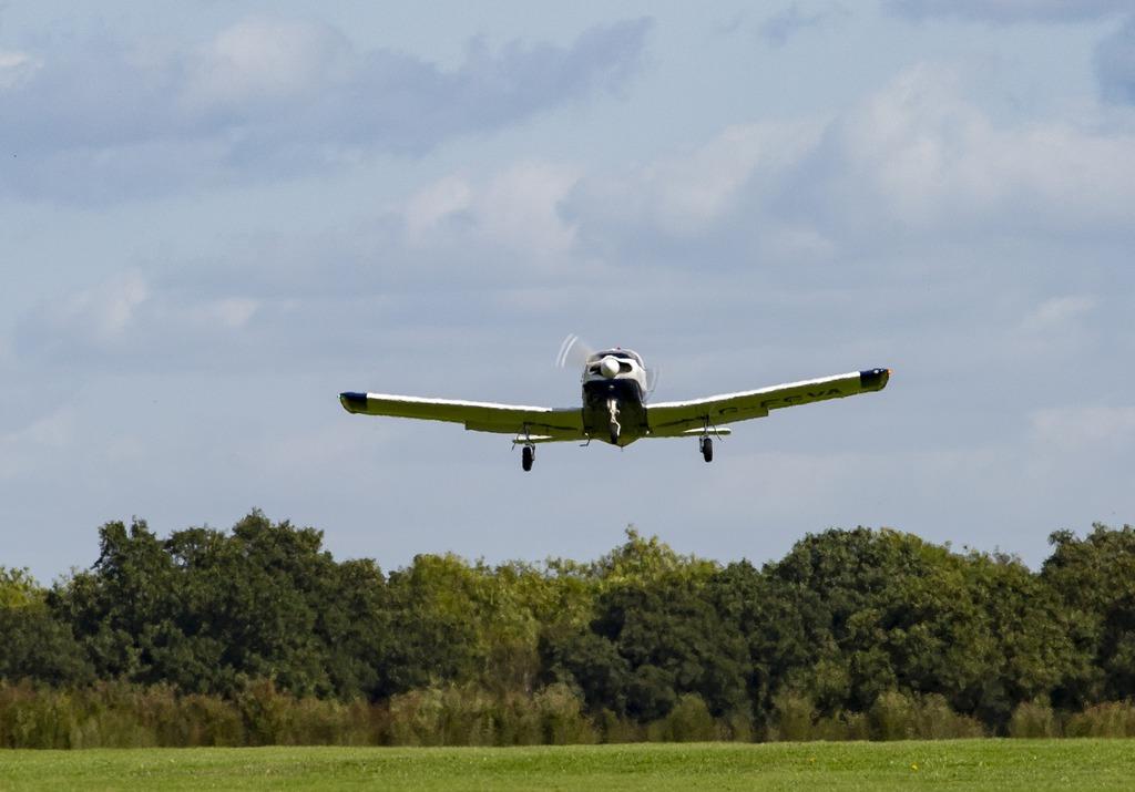 Mały samolot lecący nad ziemią
