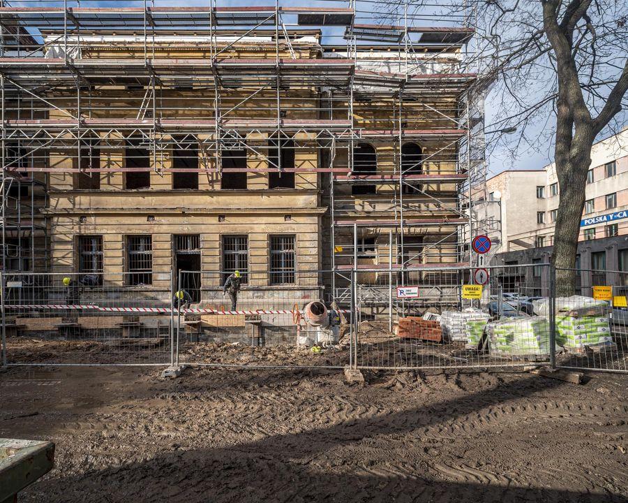 Budynek przyszłej mediateki w remoncie, widok z zewnątrz